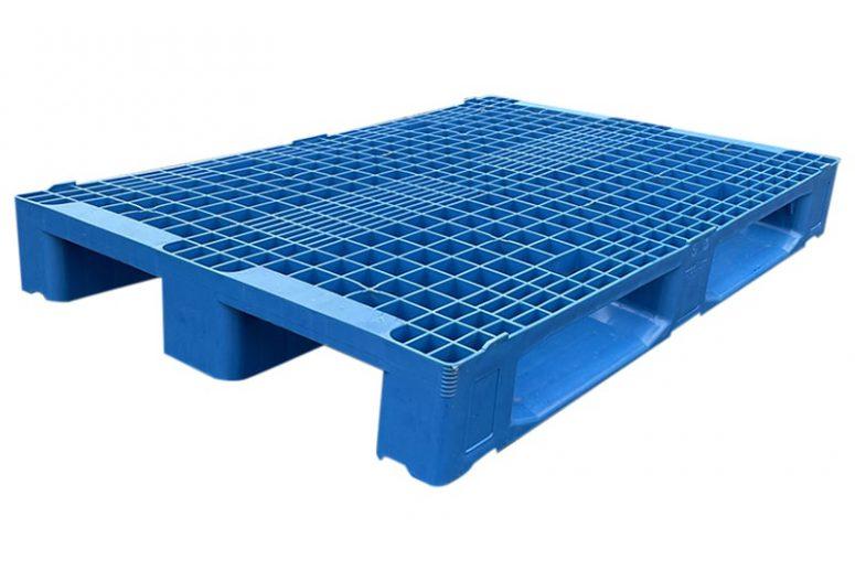 blauwe kunststof pallet